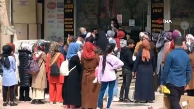 Siirt'te indirimi duyan vatandaşlar tedbirleri unuttu, mağaza önünde toplandı