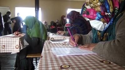 Vali Öner eşiyle birlikte okuma-yazma kursunun ilk dersine katıldı