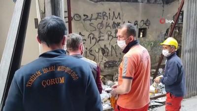 korkuluk -  Tarihi binayı çöp eve çevirdiler