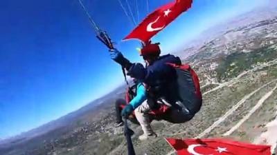 bayram coskusu - KAYSERİ - Sporcular, 19 Mayıs'ı yamaç paraşütü atlayışıyla kutladı