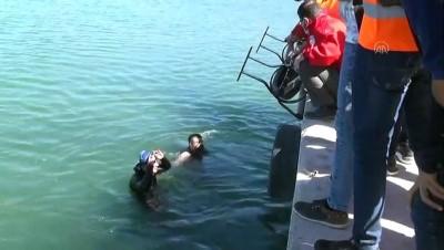 korkuluk - BİTLİS - Van Gölü'nde temizlik yapan dalgıçlar sudan oturma bankları çıkardı