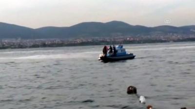 yardim cagrisi - Kocaeli'de tekneleri arızalanınca denizde mahsur kalan gençleri deniz polisi kurtardı