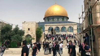 KUDÜS - İsrail polisi cuma namazı sonrası Mescid-i Aksa'daki cemaate saldırdı (1)
