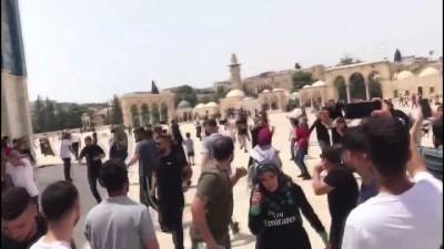 KUDÜS - İsrail polisi cuma namazı sonrası Mescid-i Aksa'daki cemaate saldırdı (2)