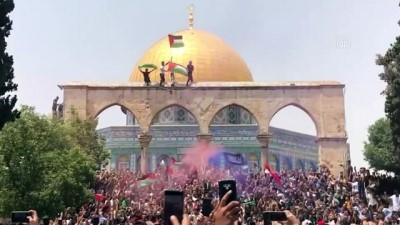 KUDÜS - İsrail polisi cuma namazı sonrası Mescid-i Aksa'daki cemaate saldırdı (3)