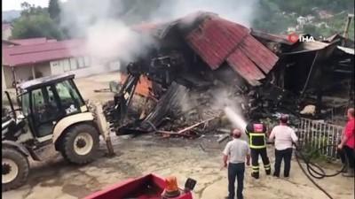 elektrik kontagi -  Rize'nin Çayeli ilçesinde yanan ahşap ev kullanılmaz hale geldi