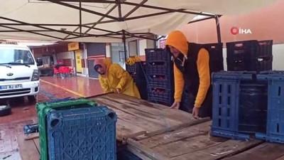 halk pazari -  Sağanak yağış sebebiyle halk pazarı ertelendi, anonsu duyan yarı yoldan döndü