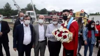 milli guresci - Avrupa Şampiyonu güreşçi davul zurnayla karşılandı