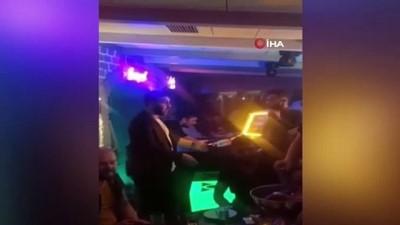dogum gunu -  Kısıtlamada otel terasında meşaleli doğum günü partisi kamerada