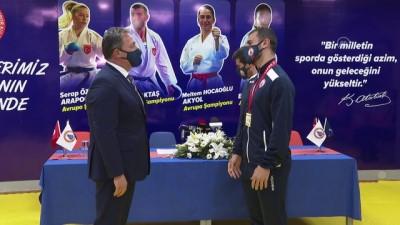 İSTANBUL - Avrupa Şampiyonası'nda madalya kazanan milli karateciler, basın mensuplarıyla bir araya geldi