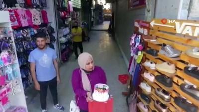 dogum gunu -  - Filistinli kız, İsrail saldırılarının enkazını temizleyen babasının doğum gününü enkaz üzerinde kutladı
