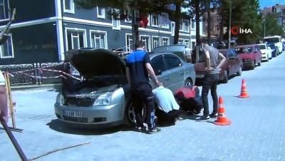 itfaiye eri -  Otomobilin motoruna sıkışan kedi kurtarıldı
