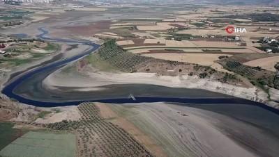 Barajda sular çekildi köy ortaya çıktı