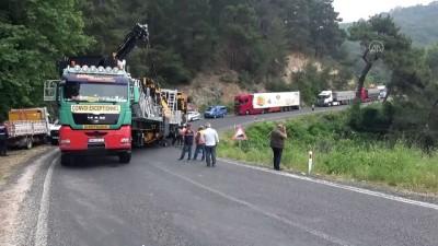 ÇANAKKALE - Arızalanan tır nedeniyle Çanakkale-İzmir yolu trafiğe kapandı