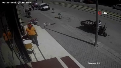 elektrikli bisiklet -  Rahatlıkları pes dedirtti... Güpegündüz mağaza önünden hırsızlık güvenlik kamerasında