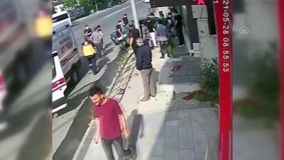 korkuluk - DÜZCE - Kaldırımda yürüyenler, kaza yapan aracın altında kalmaktan son anda kurtuldu