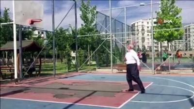 basketbol -  70'lik dede şalvarını giydi, basketbol topunu alıp potanın önüne koştu