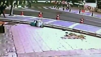 calisan kadin -  Yaya geçidinden yolun karşısına geçmeye çalışan kadına kamyonet çarptı...Kadının ölümden döndüğü anlar kamerada