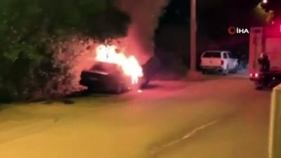 tahkikat -  Park halindeki otomobil alev alev yandı