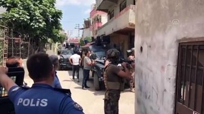 ozel harekat polisleri - ADANA - Evinin damında tüfekle havaya ateş açıp polise direnen kişi gözaltına alındı