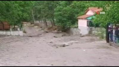 20 dakika -  Nevşehir'de sağanak yağış sele neden oldu