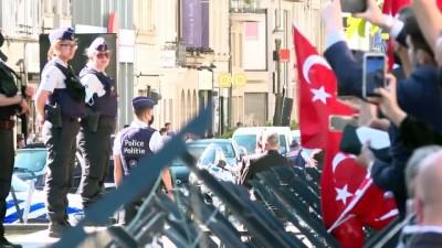 makam araci - BRÜKSEL - Cumhurbaşkanı Erdoğan, konaklayacağı otelin önünde sevgi gösterileriyle karşılandı