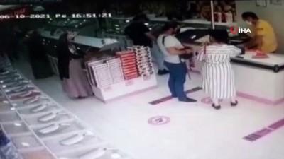 calisan kadin -  Hırsızlık yaparken yakalanan kadının market çalışanından dayak yediği anlar kamerada