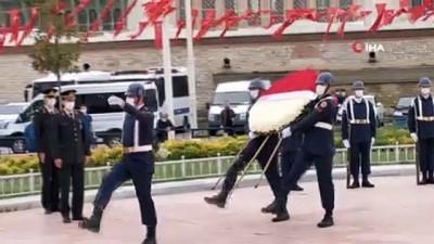 Jandarma'nın 182'nci kuruluş yılında Taksim Cumhuriyet Anıtı'na çelenk bırakıldı