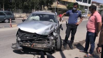KİLİS - Otomobil park halindeki minibüse çarptı: 3 yaralı