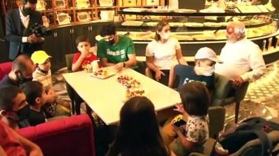 psikoloji -  Pandemiye rağmen İstanbul'da 8'inci şubesini açan Hacıbaba Pastaneleri'nin şeref konuğu otizmli çocuklar oldu