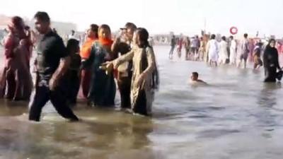 - Sıcaktan bunalan Pakistanlılar plaja akın etti, Covid-19 unutuldu