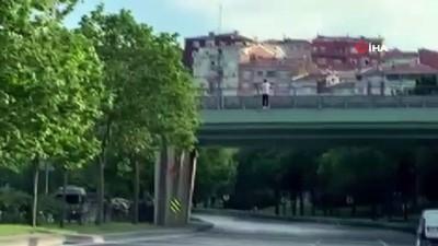 madde bagimlisi -  İstanbul'da genç adam üstgeçitten yola atladı