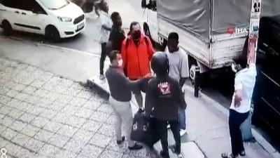 Şişli'de yabancı uyruklu şahsın bıçaklandığı kavga kamerada