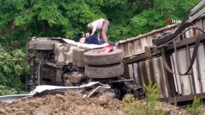 tahkikat -  Bursa'da virajı alamayan kamyon şarampole yuvarlandı