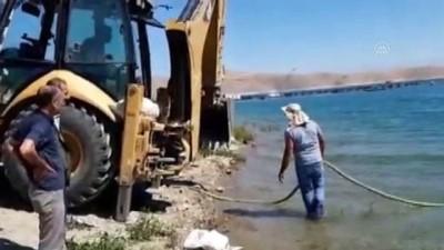 goreme - ELAZIĞ - Sürücünün el frenini çekmeyi unuttuğu otomobil Keban Baraj Gölüne düştü