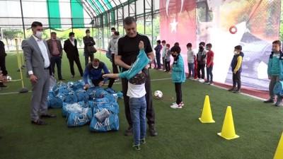 beraberlik -  Başkan Bozkurt, çocuklarla spor yaptı, forma ve ayakkabı hediye etti