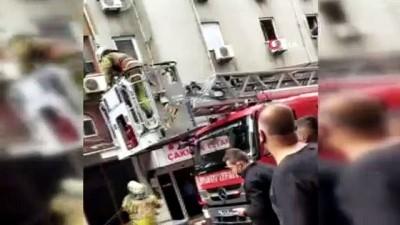 itfaiye merdiveni -  Fatih'te korkutan yangın: Mahsur kalanlar son anda kurtarıldı