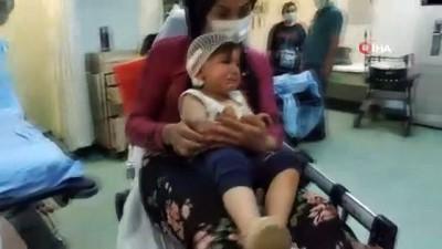 Üzerine vitrin devrilen çocuğu annesi ölümden kurtardı