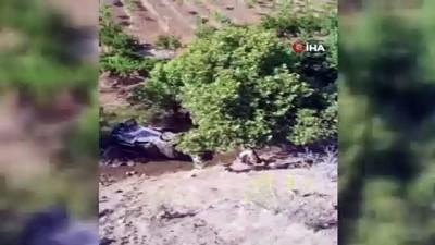 112 acil servis -  Siirt'te araç dereye yuvarlandı, sürücü yara almadan kurtuldu Videosu