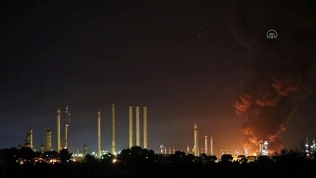 petrol rafinerisi - TAHRAN - İran'ın başkenti Tahran'ın güneyindeki Şehid Tondguyan Petrol Rafinerisinde büyük bir yangın çıktı (2)