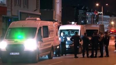 yasli kadin -  Beylikdüzü'nde bir dairede cansız bedenleri bulunan anne ve oğlunun cenazeleri evden çıkarıldı