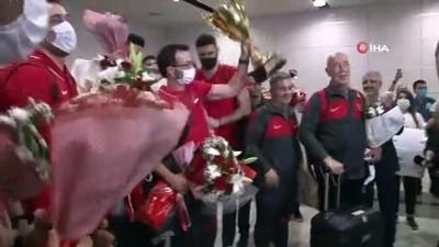 sampiyon - Filenin Efeleri, şampiyonluk kupasıyla İstanbul'a döndü