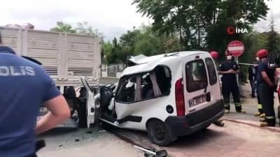 cenaze araci -  Kamyona çarpan kamyonet sürücüsü hayatını kaybetti