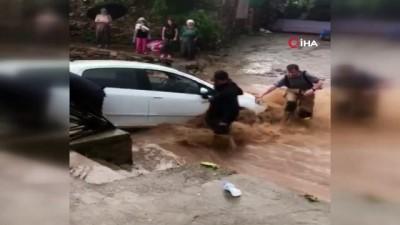tarim -  Ödemiş'i sağanak vurdu...Sel sularına kapılan bir araç böyle kurtarıldı