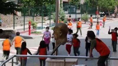 okul binasi -  Çocukların oynaması için parkla yol birleştirildi