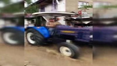 karahisar -  Şiddetli yağış köydeki yolları dereye çevirdi