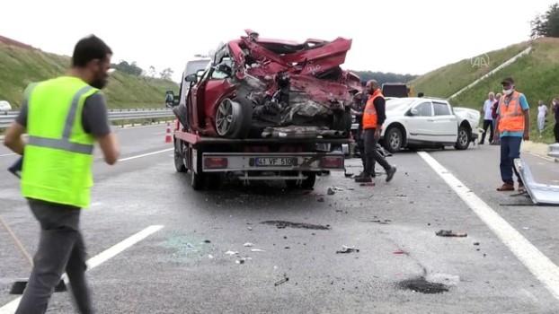 olay yeri inceleme - KOCAELİ - Kuzey Marmara Otoyolu'nda 3 aracın karıştığı kazada 16 yaşındaki genç öldü, 1 kişi yaralandı