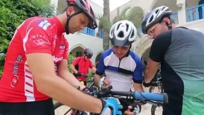 bisiklet turu - CEBRE - Tunuslu gençler, Cerbe Adası'ndaki tarihi yapıları görmek için kilometrelerce pedal çeviriyor