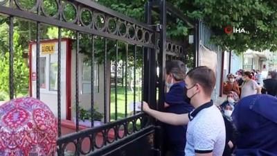 okul bahcesi -  Polis memuru çaresiz kaldı... Kimi gözyaşına boğuldu, kimi demir kapıdan atlayarak şansını denedi