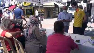 112 acil servis -  Vatandaşlar caddede kurulan mobil aşı istasyonunda aşılarını oluyor Videosu